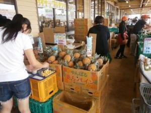 やんばる市場さん:パイナップルの販売